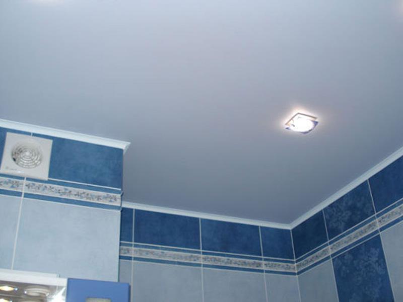 матовый белый натяжной потолок в ванной