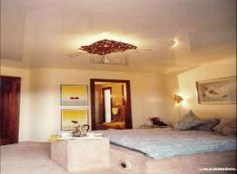 Глянцевый цветной натяжной потолок в спальню S=12,0 м2