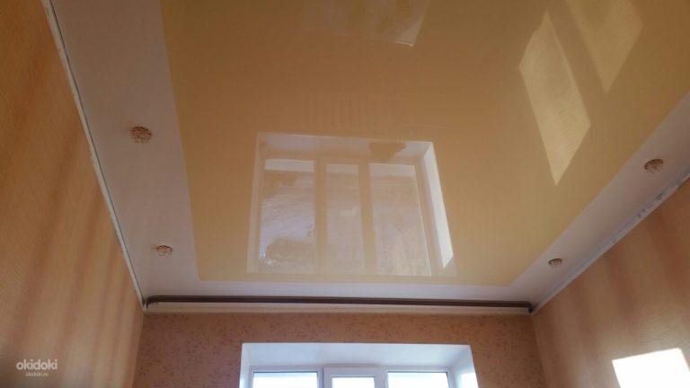 Натяжной потолок молочного цвета