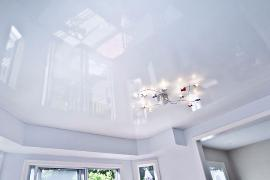 Глянцевый натяжной потолок в гостиную S=22 м2